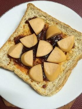 ขนมปังกรอบหน้าพริกเผาไส้กรอก
